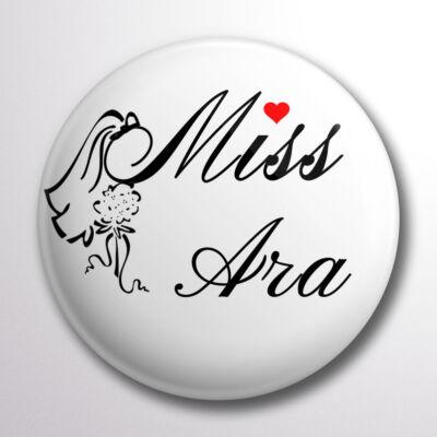 Miss Ara kitűző fátylas-virágos