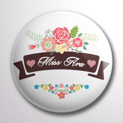 Miss Ara kitűző virágos